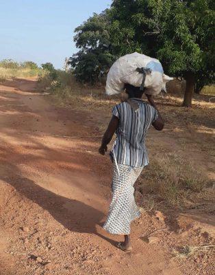 Femme partant au champ Mali